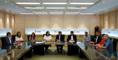 La Comisión Gestora del PSOE, Javier Fernández, con su presidente Javier Fernandez en el centro, en su primera reunión en la sede socialista de la madrileña calle de Ferraz. REUTERS/Sergio Perez