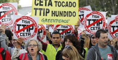 Imagen de la manifestación contra los acuerdos de libre comercio con Canadá (CETA) y EEUU (TTIP) el pasado fin de semana en Madrid. EFE/Víctor Lerena