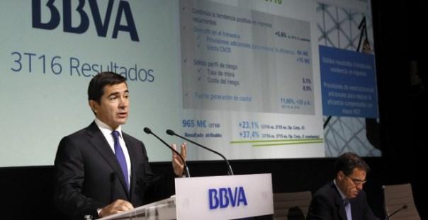 El consejero delegado del BBVA, Carlos Torres, durante la rueda de prensa ofrecida para presentar los resultados de la entidad hasta septiembre. EFE/Víctor Lerena