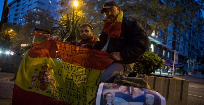El exmilitar Andrés Merino (izq), junto al cabo Iván Ramós (der), frente a la entrada del la sede del Ministerio de Defensa en Madrid. JAIRO VARGAS