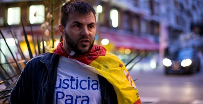 El cabo Iván Ramos, que acompaña al también exmilitar Andrés Merino en su huelga de hambre frente a la sede del Ministerio de Defensa, en Madrid. JAIRO VARGAS