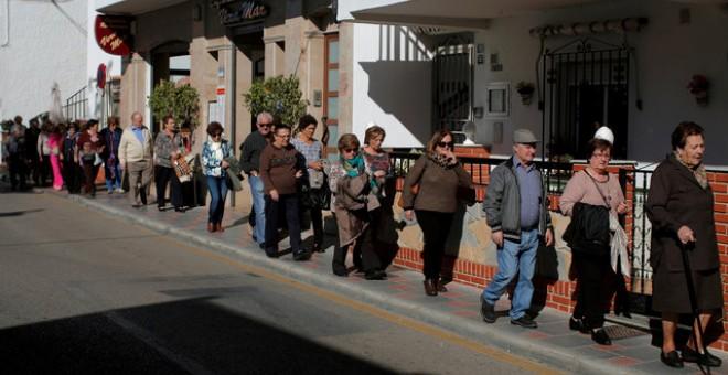 Un grupo de pensionistas pasea por la Cala de Mijas (Málaga) el pasado 17 de novimebre. | JON NAZCA (REUTERS)