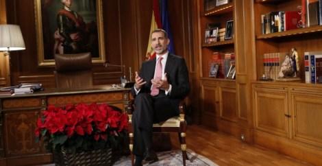 El rey Felipe VI, en su despacho del Palacio de la Zarzuela, durante su mensaje navideño.