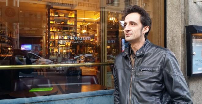 El periodista Javier Gallego presenta 'El Grito en el cielo', un libro cargado de poesía social y de denuncia sobre la caída del capitalismo y sus consecuencias en la sociedad. / Ana I. Bernal Triviño