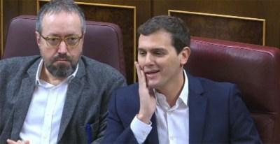Rivera hace un gesto para llamar 'caradura' a Rajoy ante el incumplimiento del pacto PP-C's. VÍDEO ATLAS
