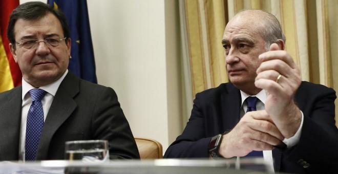El diputado del PP Francisco Molinero Hoyos y el exministro del Interior, Jorge Fernández Díaz, en la comisión de investigación del Congreso de los Diputados. EFE/Mariscal