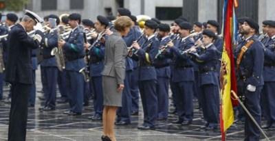 Cospedal se inclina ante la bandera de España durante una revista a las tropas.- (EFE)