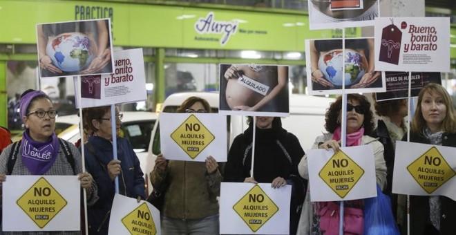 Protestas en la feria 'Surrofair' de promoción de la gestación subrogada que se celebra este fin de semana en Madrid. EFE/Fernando Alvarado