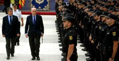 El ex ministro del Interior, Jorge Fernández Díaz (c), y el ex director general de la Policía, Ignacio Cosidó (recolocado por el PP como senador) en un acto de la Policía Nacional. EFE