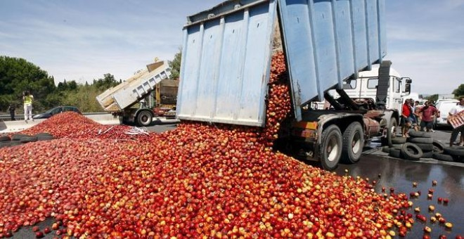 Camión volcando frutas y verduras./EFE