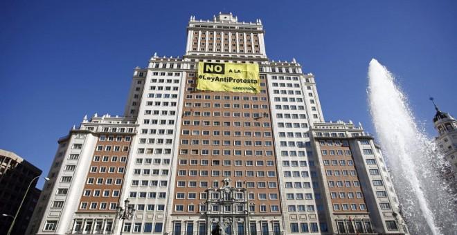 Pancarta en el edificio España desplegada por Greenpeace