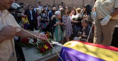 El cuerpo de Timoteo Mendieta, ahora sí, descansará en paz. En un segundo plano, la emoción a flor de piel de Ascensión.- REUTERS