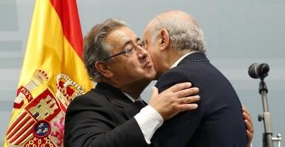 Zoido se abraza a su antecesor en el cargo, Fernández Díaz.   EFE