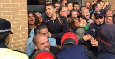 Imagen de la carga policial durante el desahucio de Anastasia en Vitoria.