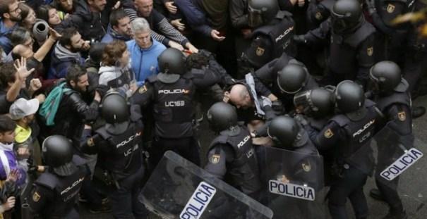Carga policial para detener la votación en Barcelona | EFE