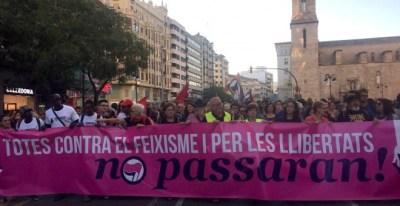 Miles de personas se manifestaron ayer por las calles de València contra las agresiones de la ultraderecha del 9-O. JOAN CANTARERO
