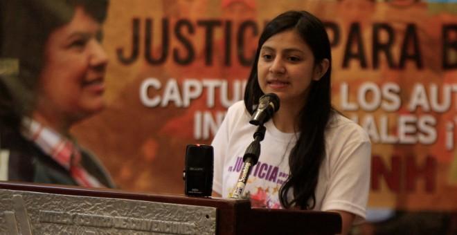 Laura Zuniga, una de las hijas de la activista Berta Caceres, durante la presentación del informe internacional sobre la muerte de su madre. REUTERS/Jorge Cabrera