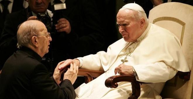 Marcial Maciel, fundador de los Legionarios de Cristo, junto al papa Juan Pablo II. / REUTERS