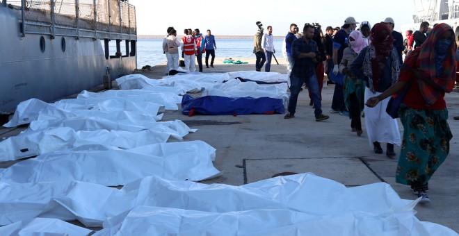 Los cuerpos sin vida de los inmigrantes muertos durante el naufragio.- REUTERS