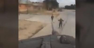Captura del vídeo en el que se ve el cañón del tanque en el que los dos hombres estaban subidos.