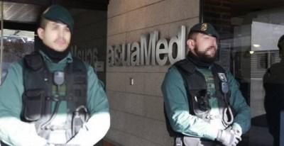 La Guardia Civil, en la sede de la empresa Aguas de las Cuencas Mediterráneas (Acuamed). EFE/Archivo