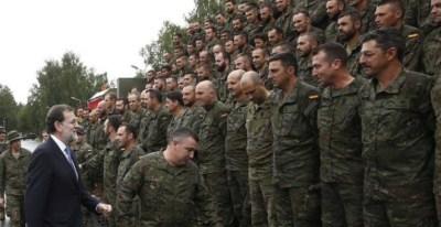 Mariano Rajoy, durante su visita a las tropas españolas desplegadas en Letonia, este mes de julio. EFE