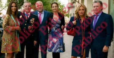 Los comisarios Villarejo y Salamanca, con sus mujeres, posaron junto al exvicepresidente de la Comunidad de Madrid, Francisco Granados, acompañado por la periodista Cristina Tárrega, cuando el ministro Fernández Díaz les impuso la medalla roja, en 2012.