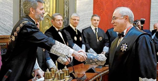 Pablo Llarena, en su toma de posesión como magistrado del Supremo, es felicitado por Carlos Lesmes, presidente del CGPJ que lo aupó al cargo en 2016. EFE