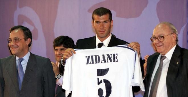 Zinedine Zidane, el dia de la seva presentació com a jugador del Reial Madrid, el 2001. / EFE
