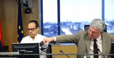 El diputado Nueva Canarias Pedro Quevedo, presidente de la comisión de investiación sobre la presunta financiación irregular del PP, sirve agua al de Gürtel en la Comunidad Valenciana, Álvaro Pérez. EFE/Javier Lizón