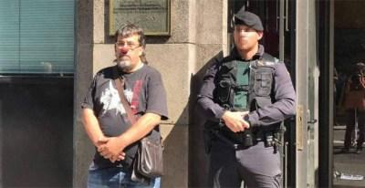 Jordi Pesarrodona con una nariz de payaso junto a un Guardia Civil durante los registros a la sede de la Generalitat del pasado 20 de septiembre. - @Pesacapsada