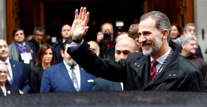 Felipe VI saluda a los fieles congregados en la basílica de Jesús de Medinaceli, en Madrid. EFE/Chema Moya