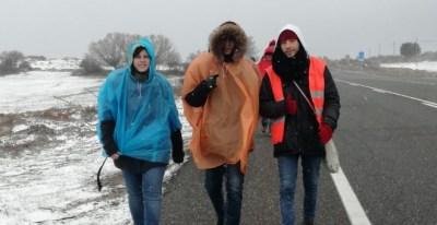 Varias personas participando en la Marcha Basica, pese al temporal/Marta Sánchez de Ron