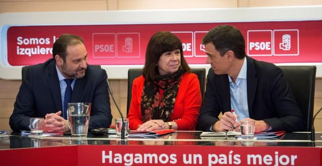 De izquierda a derecha, el secretario de Organización del PSOE, José Luis Ábalos, la presidenta de la formación, Cristina Narbona, y el secretario general, Pedro Sánchez, durante la reunión de la Permanente del PSOE en la sede socialista de la calle Ferra