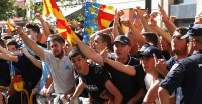 Ultras de extrema derecha en la pasada manifestación del 9 d'octubre en Valenciá ante la pasividad policial. EFE/Biel Aliño