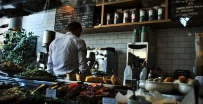 Más de 23.000 autónomos que gestionaban tiendas y bares se han dado de baja en seis meses en la Seguridad Social.