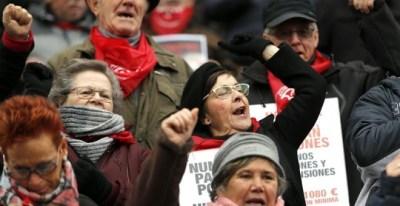 Los pensionistas vascos han retomado en el arenal bilbaíno sus movilizaciones para reclamar unas pensiones 'dignas' tras las fiestas navideñas. EFE/Luis Tejido.