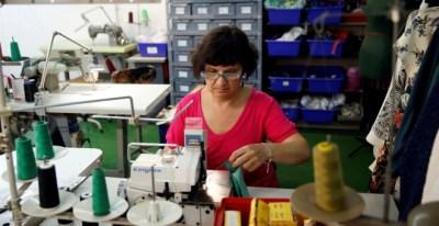 Una trabajadora de una fábrica textil en Madrid. REUTERS/Andrea Comas