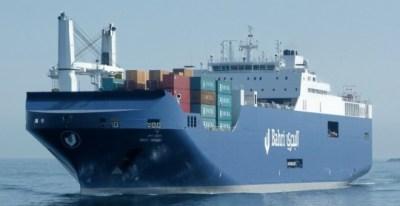 El buque saudí Bahri-Yanbu entra al puerto de Santander (VINCENT WEST/REUTERS)