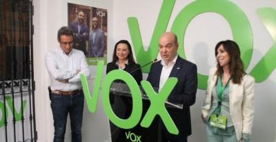 Los concejales de Vox en Zaragoza, Julio Calvo y Carmen Rouco, en la zona izquierda de la imagen junto al presidente de la formación ultra en Zaragoza, Santiago Morón. VOX