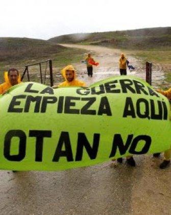 Miembros de la Red Europea Antimilitarista en el acuartelamiento de El Retín en Barbate (Cádiz), durante la protesta sorpresa contra las maniobras de la OTAN. EFE