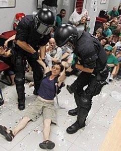 Imagen del desalojo de miembros de la PAH de la sucursal del Banco Popular.- EFE