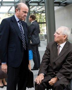 El ministro de Economía, Luis de Guindos, con su homólogo alemán, Wolfgang Schaeuble, en un encuentro empresarial en Berlin. AFP/Gregor Ficher