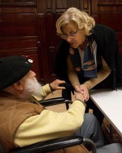 Virgilio Fernández, exbrigadista internacional, saluda a Manuela Carmena