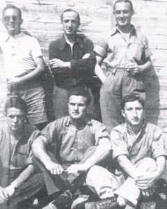 Un grupo de integrantes del batallón de maestros de FETE-UGT, tras la guerra civil, en el campo de refugiados francés de Saint Cyprien.