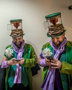 Dos integrantes de la comparsa 'Los Vivelavida' antes de participar en el Concurso Oficial de Agrupaciones Carnavalescas (COAC), en el Gran Teatro Falla de Cádiz. EFE/Román Ríos