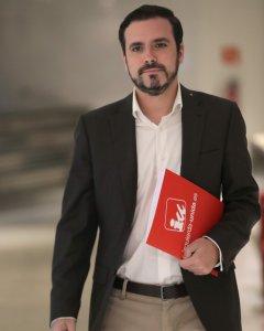 El líder de Izquierda Unida, Alberto Garzón, a su llegada a la rueda de prensa que ha ofrecido esta mañana en el Congreso, en la que ha presentado una proposición de reforma del Código Penal para la protección de la libertad de expresión. EFE/ Zipi