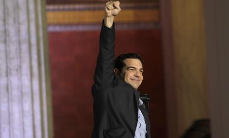 Alexis Tsipras alza el puño en un acto de Syriza. EFE
