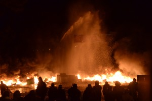 Attempt to put down the massive fire set by protesters to prevent internal forces from crossing the barricade line. Kiev, Ukraine. Jan 22, 2014 © Mstyslav Chernov | unframe.com