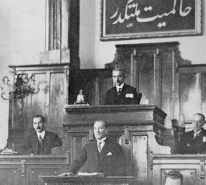 Mustafa Kemal Atatürk at the parliament presenting his Nutuk © Unknown | Images Atatürk, collection of the Republic of Turkey Ministry of National Education (MEB)